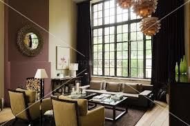hängeleuchten wohnzimmer elegante sessel und sofa in hohem wohnzimmer mit sprossenfenster