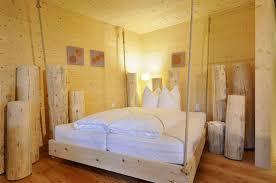 Zirbenbett Das Gesunde Zirbenholzbett Von Lamodula Geschlafen Wird In Der Secret Forest Suite Im Freihängenden