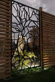 tolle kombination verspielte panels aus metall und holzlamellen