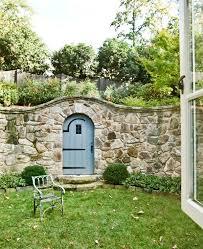 mauer aus steinen bauen als zaun außenarchitektur mauer