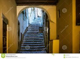 schmale treppen schöne alte schmale treppe und bogen auf italien straße stockbild