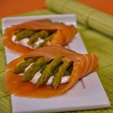 cuisiner saumon fumé recette rouleaux d asperges au saumon fumé cuisine madame figaro