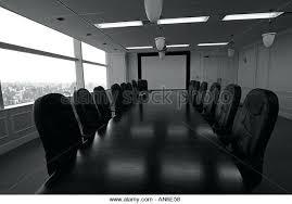 wohnzimmer stã hle grune lederstuhle lange halzerne konferenztisch umgeben teuren