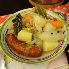 cuisiner des saucisses fum馥s potée aux saucisses fumées a table avec julie
