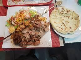 une royale en cuisine assiette royale 3 viandes une brochette de poulet kebab et