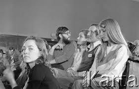 Od prawej strony siedzą: Małgorzata Niezabitowska, Janusz Onyszkiewicz, Joanna Jaraczewska (obecnie Joanna Onyszkiewicz), Andrzej Palczewski. - prev126
