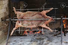 cuisine du cochon grand cochon collé qui cuisine doucement sur un énorme cors d acier
