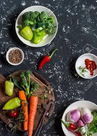 cuisiner des brocolis frais les légumes frais crus carottes poivrons brocolis navets des
