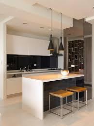kchen modern mit kochinsel 2 weiße kochinsel und schwarze kronleuchter in einer modernen küche