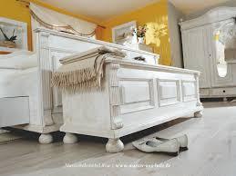 Schlafzimmerschrank Romantisch Romantik Pur Die Truhe Im Landhausstil Ist Zu Schön Um Sich Zu