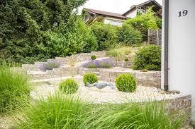 gartengestaltung mit steinen und grsern modern pflegeleichten vorgarten mit kies gestalten ǀ galanet