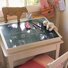 bureau tableau enfant un bureau d enfant recouvert de peinture ardoise