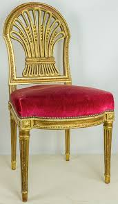 chaise dorée dorée