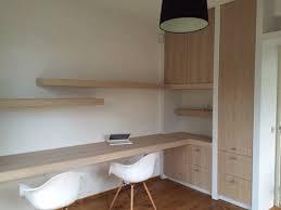 bureau of met werkkamer ingericht met bureau en inbouwkast мебели и други неща
