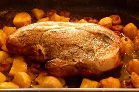 comment cuisiner la rouelle de porc rouelle de porc aux pommes de terre et chignons les gour