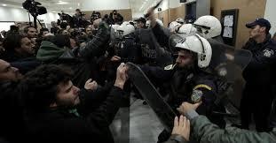 pignorate dalle banche grecia debutto con tafferugli alle aste delle prime