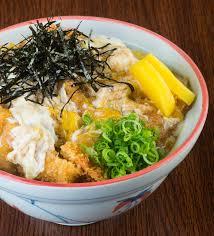 japanische küche japanische küche gebratenes hühnerreis auf dem hintergrund