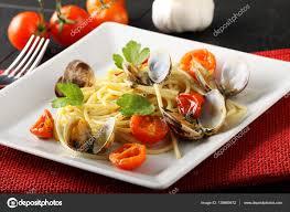 cuisiner des palourdes fraiches spaghetti aux palourdes fraîches et tomates photographie