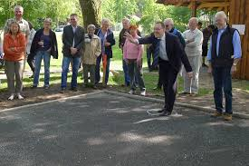 Herr Oelmann weiht die neue Boulebahn mit dem ersten Wurf ein (ganz rechts Hans Mensing, Axel Hanke vierter von links). Dem anschließenden Anspielen der ... - boule_1