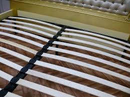 Schlafzimmer Bett Ecke Antik Bett Gold Weißer Stoff Gesteppt