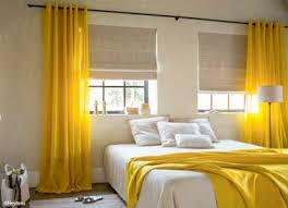 installer une dans une chambre des beaux rideaux jaunes pour installer sa déco de chambre