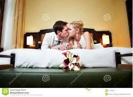 baise dans la chambre mariée heureuse et marié de baiser romantique dans la chambre à