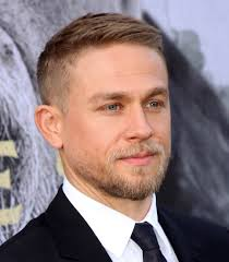 how to get thecharlie hunnam haircut charlie hunnam at la premiere of king arthur legend of the sword