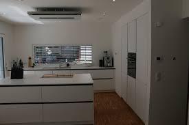 deckenlüfter küche grifflose weiße küche mit kochinsel deckenlüfter und eingebauten