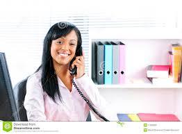 femme de bureau femme d affaires de sourire au téléphone au bureau photo