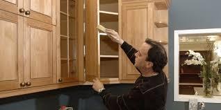 peindre des armoires de cuisine en bois rajeunir les armoires de chêne raymond bernatchez le coin du