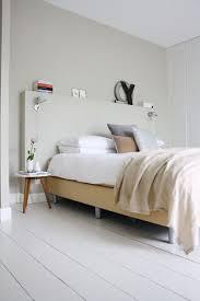 chambre beige et blanc chambre blanche et tête de lit originale peinte en beige