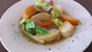 cuisiner poule recette poule au pot façon grand mère cuisine madame figaro