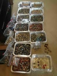 cuisine à la bière il dé le bar de sa cuisine avec des centaines de capsules de