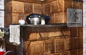chauffage cuisine appareil de chauffage de maçonnerie dans la vieille cuisine photo