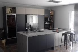 cuisine plus toulon cuisine client façades anthracites pour cette cuisine contrastées