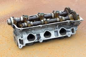 la testata la testata la testata di cilindro e l asse piegata automobile tagliata del