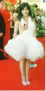 swan dress what was wrong with björk s swan dress that she wore at the