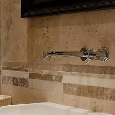 piastrelle in pietra per bagno bagno con rivestimento in travertino e pavimento in legno pietre