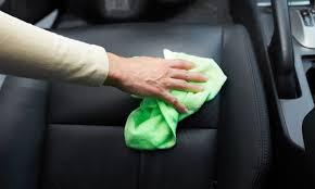 comment enlever des taches sur des sieges de voiture comment restaurer les sièges en cuir de votre voiture trucs