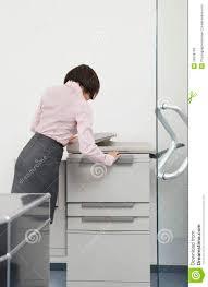 photocopieur bureau femme à l aide du photocopieur dans le bureau image stock image du