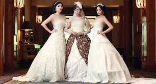 wedding dress batik indahnya perpaduan batik dan gaun eropa metrojambi berita