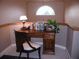Home Office Decorating Ideas by Simple Retro Home Office Design With White Table Lamp And Wooden