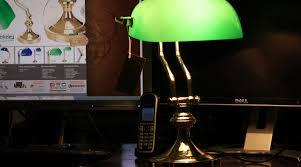 le de bureau opaline verte le de bibliothèque verte en laiton et opaline les de bureau