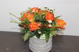 composition florale avec des roses composition florale avec cache pot pas chère roses orange naturelles