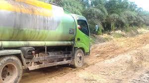 Minyak Cpo truk cpo terguling di seikijang rumah dan kolam renang warga