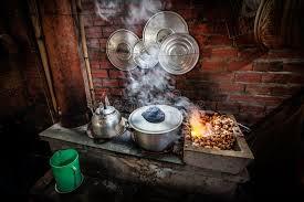 cuisiner avec une bouilloire cuisine de rue avec la bouilloire sur le feu ouvert au image