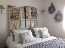 chambre chocolat et blanc chambre blanche marine et beige vieux volets en taate lit blanc