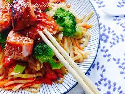 comment cuisiner des nouilles saumon laqué au miel soja nouilles udon sautées aux légumes la