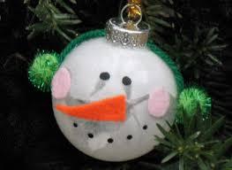 como hacer un colgante navideño con forma de muñeco de nieve