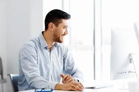 sexe bureau employé de bureau de sexe masculin s asseyant au bureau image stock
